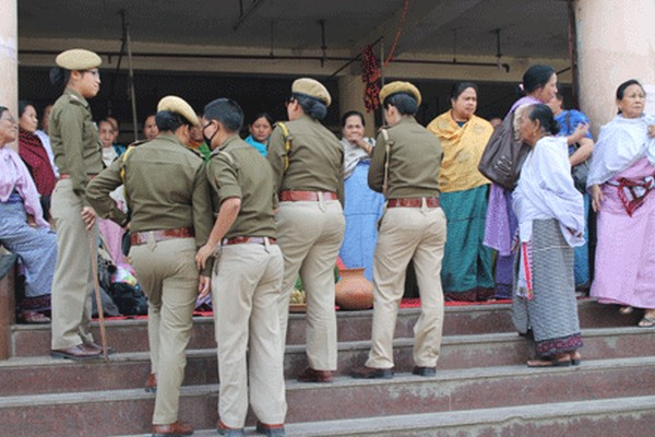Cops trying to disrupt a protest demonstration staged by women vendors at Khwairamband Keithel against the recent spurt in drug smuggling